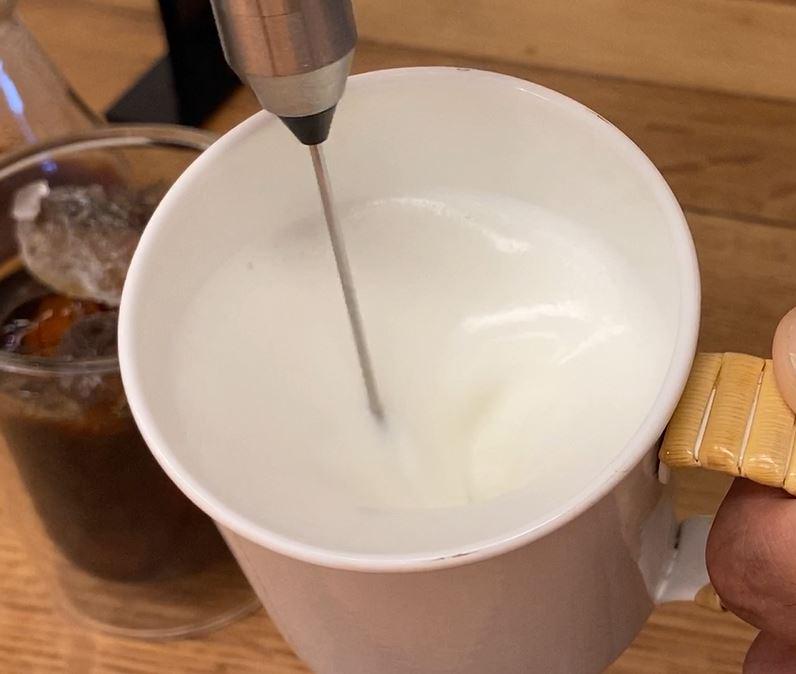 自宅でカフェ気分!ミルクに「ひと手間」。カリタ スティックミルクフローサーでアイスカフェラテもどき。